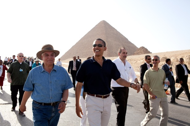 President_Barack_Obama_tours_the_Pyramids_and_Sphinx_with_Secretary_General_of_the_Egyptian_Supreme_Council_of_Antiquities